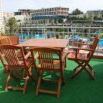 میز و صندلی در بالکن اتاق های هتل آف باکو