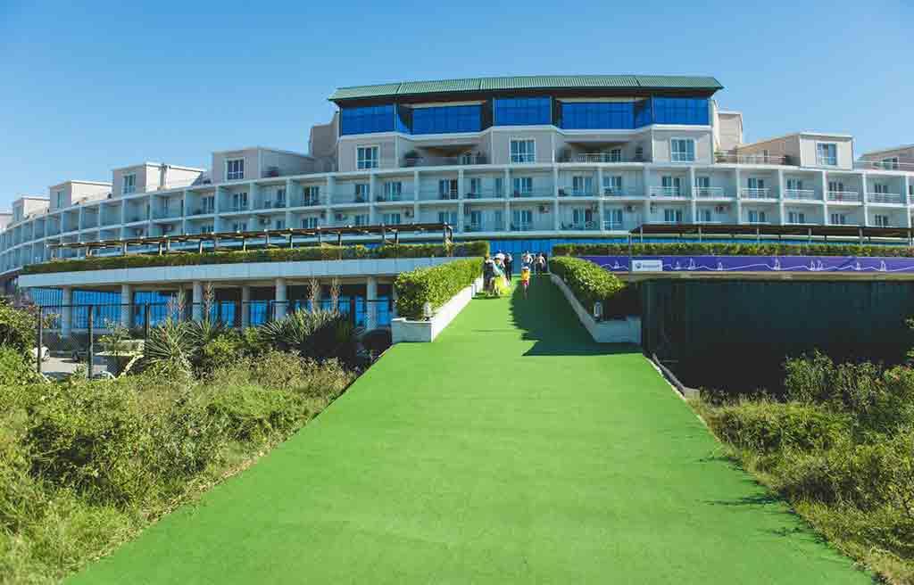 تصویری از محوطه هتل آف باکو