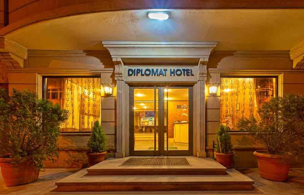 تصویری از درب ورودی هتل دیپلمات باکو
