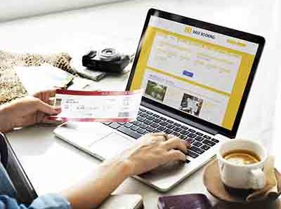 تصویری از لپ تاپ در هنگام رزرو بلیت