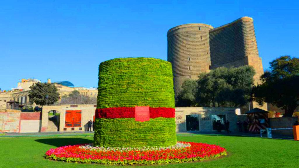 تصویری از یک سبزه در کنار برج دختر باکو