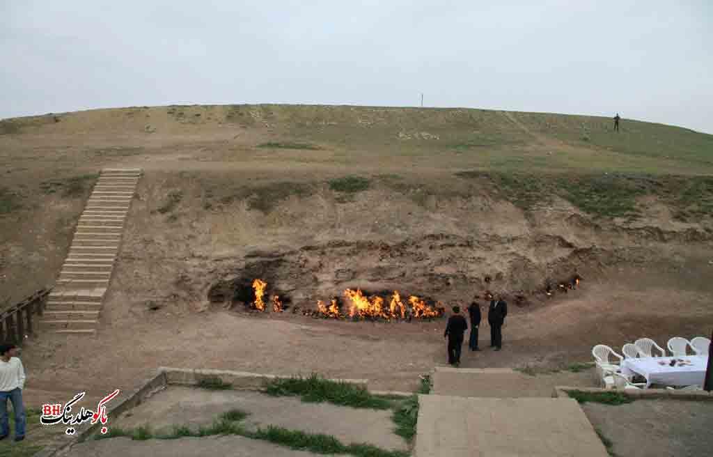 تصویری از گردشگران در یانار داغ باکو