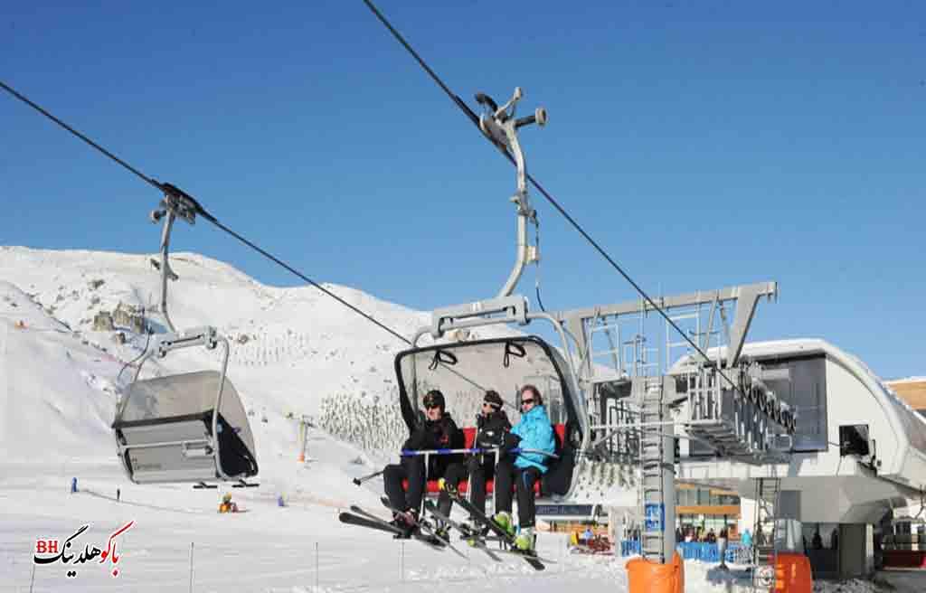 تصویری از گردشگران در پیست اسکی در آذربایجان