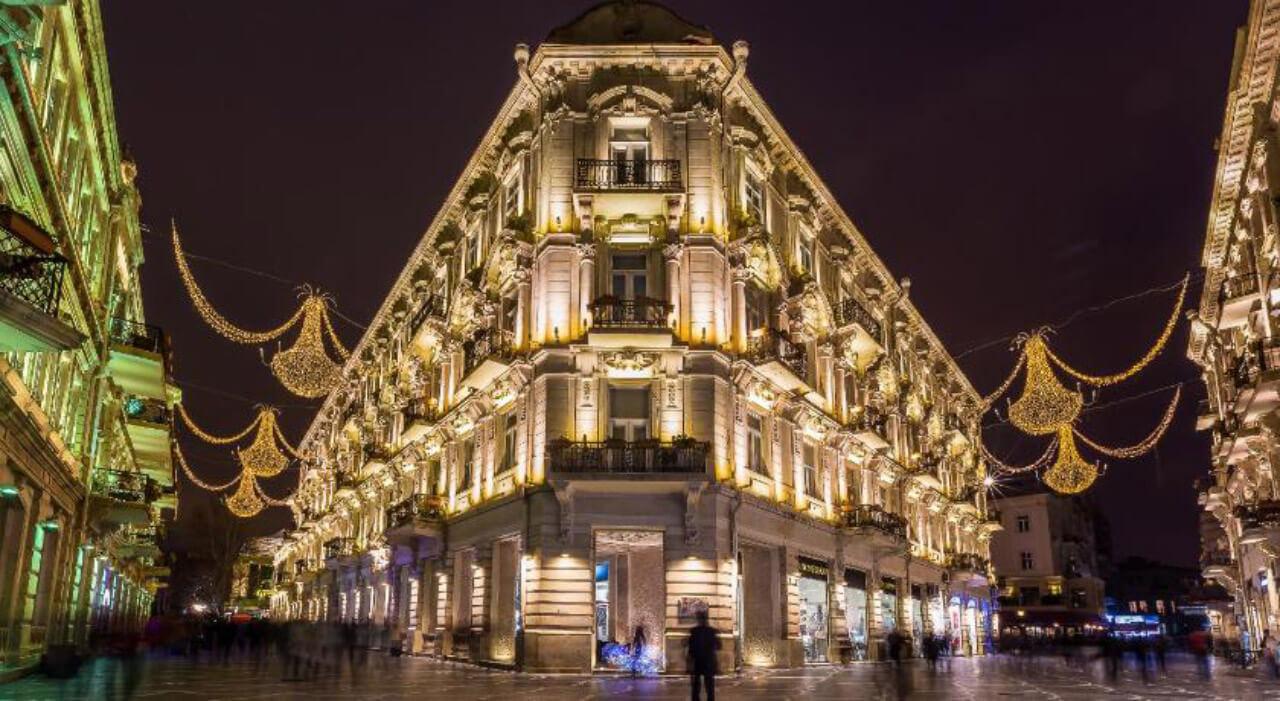 نمایی از خیابان نظامی باکو در شب