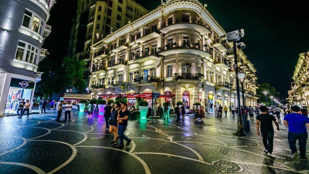 تصویری از خیابان نظامی در شب