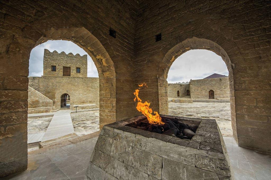 تصویری از آتش در معبد آتشکده باکو