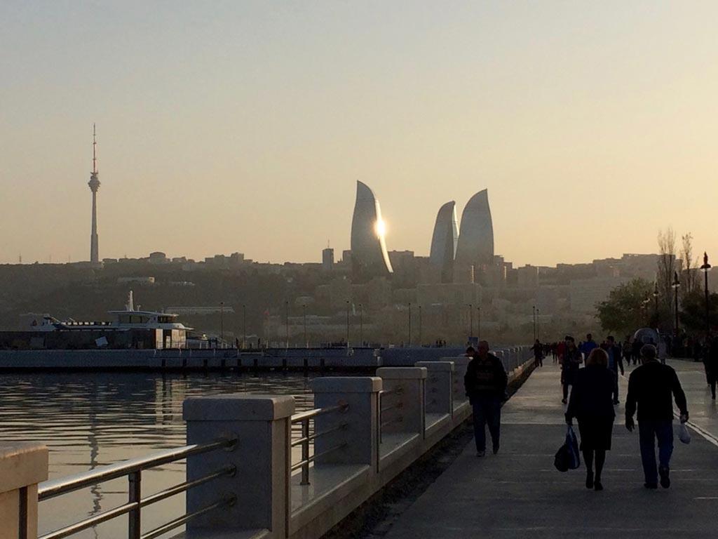 تصویری از برج های شعله باکو و بلوار باکو