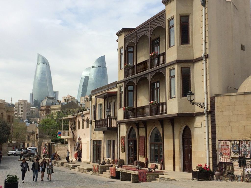 نمای برج های شعله باکو از داخل ایچری شهر