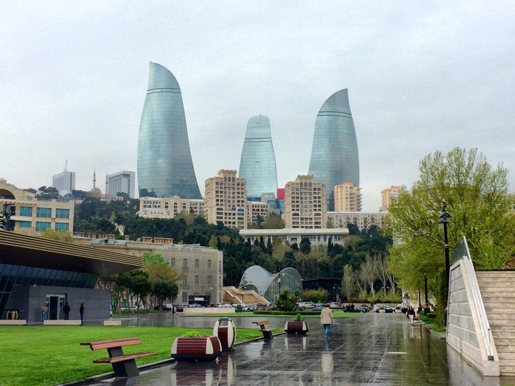 برجهای شعله و بلوار باکو در یک روز بارانی