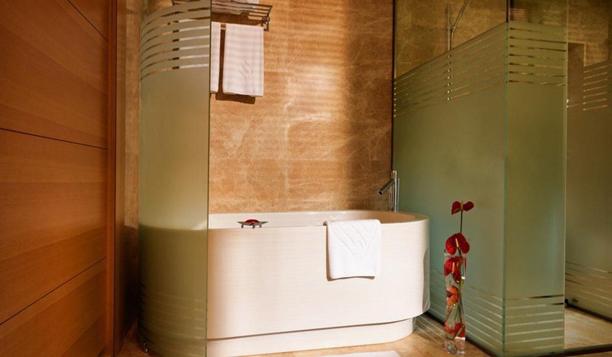 Bilgah Beach Hotel bath 1