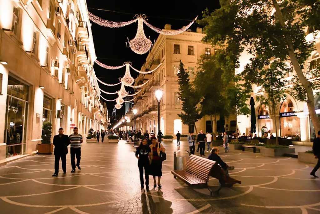 خیابان نظامی باکو در شب