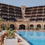 نمایی از استخر و هتل سافیر مارین باکو