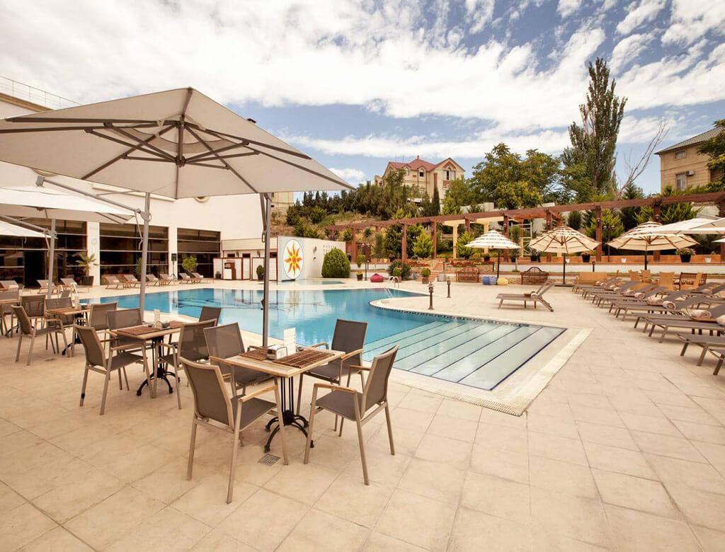 تصویری از استخر روباز هتل اکسلسیور باکو