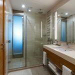 سرویس بهداشتی اتاق های هتل هالیدی این باکو