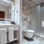 سرویس بهداشتی و حمام اتاق های هتل میدتون باکو