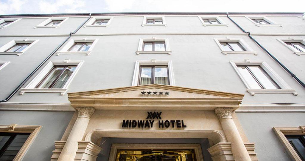 تصویری از ساختمان هتل میدوی باکو