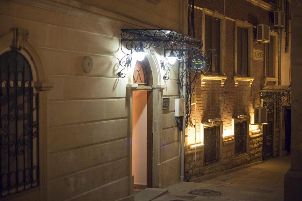 درب ورودی هتل سیتی والز باکو