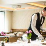 خدمتکار در رستوران هتل دینامو باکو