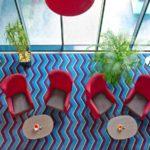 چند صندلی در لابی هتل چیراغ پلازا