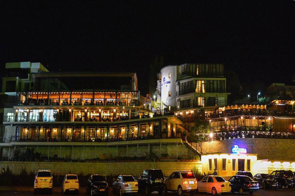 تصویری از هتل ریویرا باکو در شب