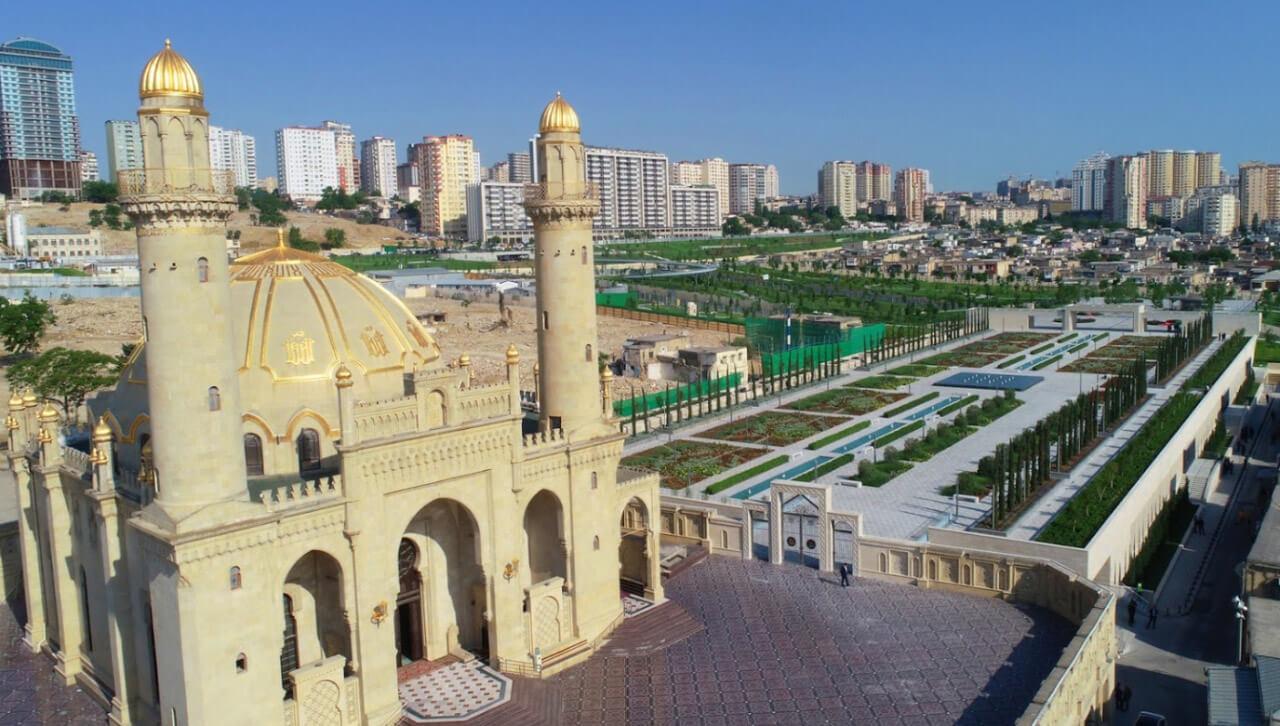 تصویر بالا از مسجد تازه پیر باکو و اطراف آن