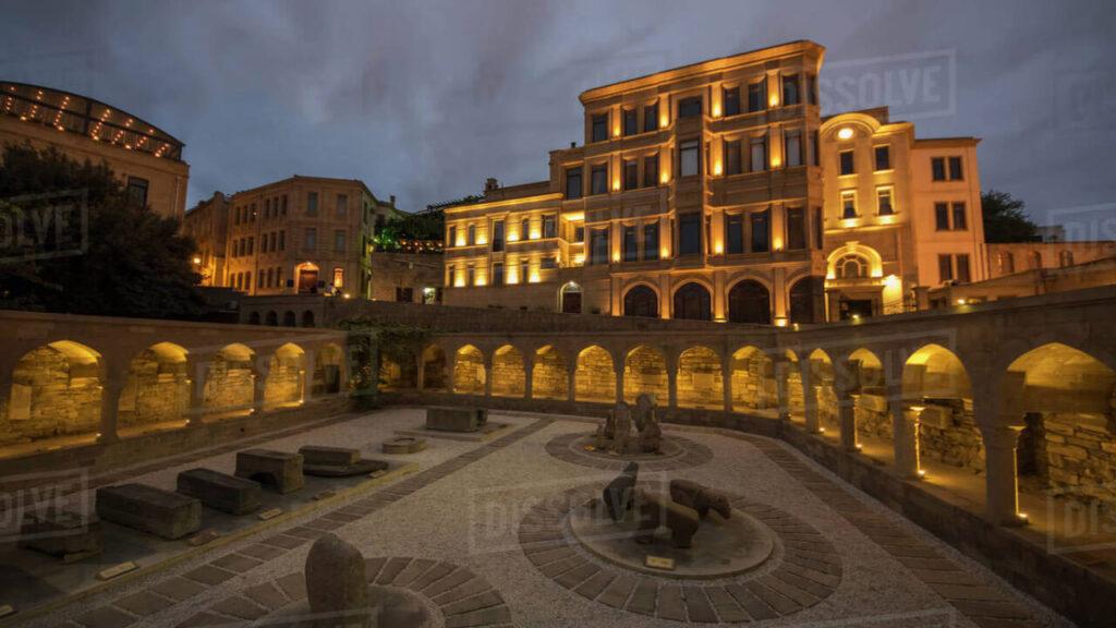 تصویری از کاروانسرای مولتانی در شب