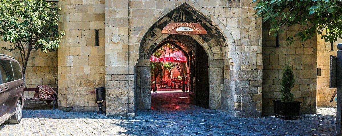تصویری از درب ورودی کاروانسرای مولتانی