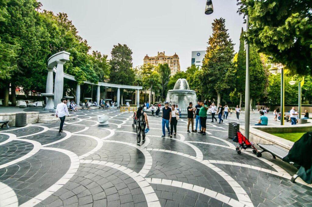 تصویری از مردم در میدان فواره باکو